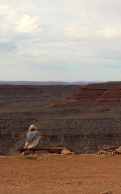 à propos de Noemie Simard-Dupuis assise sur un banc regardant au loin vers un canyon aux États-Unis