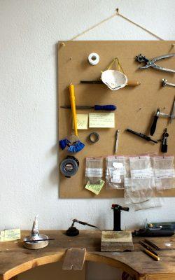 À propos d'un espace de travail et outils dans l'atelier de Keraban Joaillerie